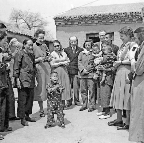 Sylvi Kekkonen (taka-alalla aurinkolasit päässä) vierailulla jossain päin Kiinaa. Suomalaisryhmää kuljetettiin omalla junalla viikkokausia Pekingistä etelään ja takaisin.