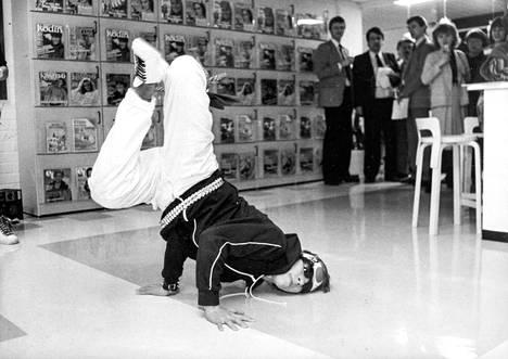 Flexy-ryhmä tanssi breakdancea Sanomaprintin juhlissa talvella 1985.