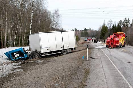 Bulevardilla perheensä surmannut noin 40-vuotias isä ajoi huhtikuussa päin rekkaa Mäntsäläntiellä ja kuoli heti onnettomuuspaikalla.