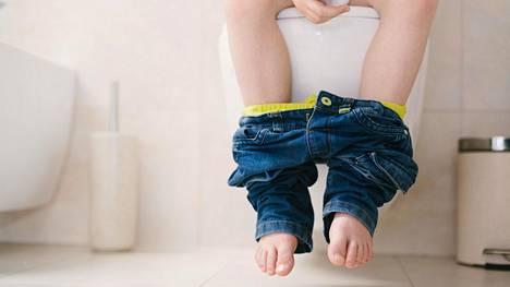 Raisa Cacciatoren mukaan ajatus vessasanoista viestii lapselle, että tietyissä kehonosissa ja -toiminnoissa on jotain huonoa.