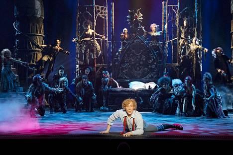Petrus Kähkönen valloittaa musikaaliyleisön lapsenkasvoisena ja vahvasti ilmaisevana Alfredina. Vampyyrin lumoamaan tyttöön rakastuva nuorukainen kohoaa Vampyyrien tanssin keskipisteeksi.