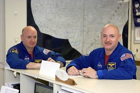 Scott (vas.) ja Mark Kelly ovat ainoat identtiset astronauttikaksoset. Scott lähtee vuodeksi avaruuteen. Se tarjoaa mahdollisuuden vertailla veljeksien kuntoa vuoden ajan.