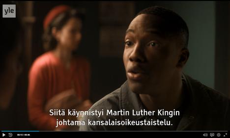 Tosin Cole kertaa Rosa Parksin vaiheita Doctor Who -sarjassa. Kuvakaappaus Yle Areenasta.