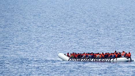 SIIRTOLAISTEN VÄLIMERI. Tuhannet Eurooppaan siirtolaisiksi pyrkivät ihmiset matkaavat huonokuntoisilla laivoilla ja lautoilla Välimeren etelärannalta kohti Italian tai Espanjan rannikkoja. Monet heistä päätyvät kuitenkin merihätään, kuten nämä Libyan lähistöltä heinäkuussa 2017 pelastetut.