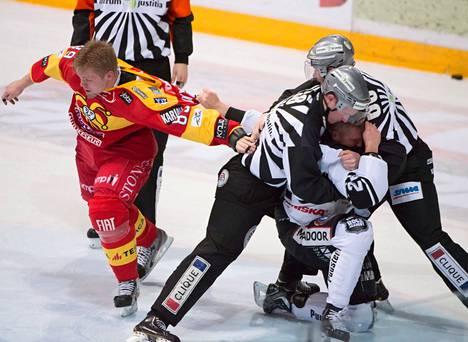 Jokereiden Antti Tyrväinen (vas.) ja TPS:n Markus Palmroth ottivat nyrkein yhteen Turussa. Jokerit haki Turusta rökälevoiton.