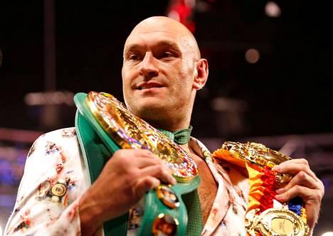Tyson Fury poseerasi vöidensä kanssa lehdistötilaisuudessa voitettuaan Deontay Wilderin helmikuussa 2020.