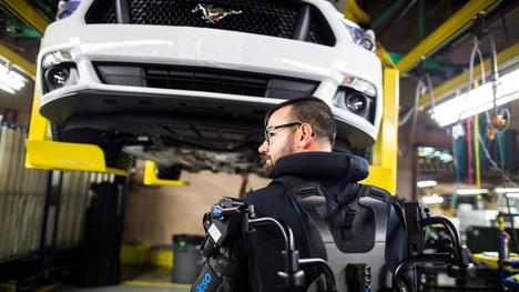 Fordin autotehtaan työntekijällä on päällään ulkoinen tukiranka keventämässä nostojen aiheuttamissa rasituksissa.