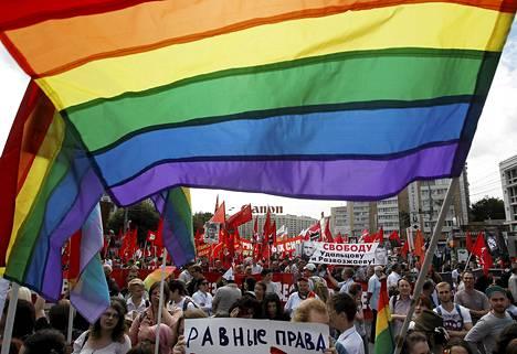Homoaktivistit marssivat Moskovassa kesäkuussa ja vaativat tasavertaisia oikeuksia.