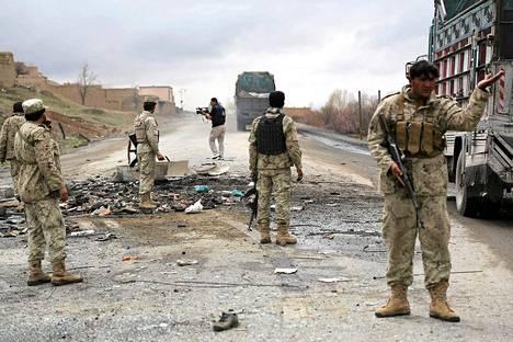 Afganistanin turvallisuusjoukot pommin räjähdyspaikalla Wardakin provinssissa huhtikuun alkupuolella. Alueella on tehty useita pommi-iskuja, mutta suomalaiset rauhanturvaajat ovat toistaiseksi kunnossa.