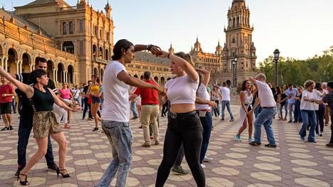 Blanca Matesanz Baena (oik) ja José Manuel Madroñal Robalo tanssivat Plaza de Españan aukiolla Sevillassa syyskuussa.