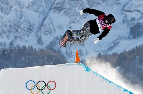 Janne Korpi hakee loppukilpailupaikkaa slopestylen välierästä.