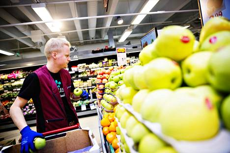 Kesätyöntekijä Riku Tuominen lisää hedelmiä K-supermarket Fortunassa.