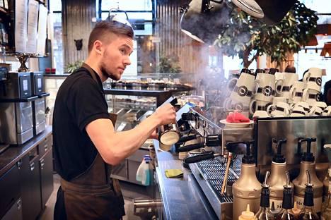 Espresso Housen barista Juuso Haapamäki valmistaa flat white -kahvia Forumin Mannerheimintien-puoleisessa kahvilassa. Forumissa on myös toinen Espresso House.
