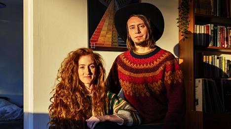 Muusikot Pauli Lyytinen ja Anni Elif Egecioglu ja Pauli Lyytinen kotonaan Roihuvuoressa.