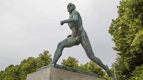 Paavo Nurmen juoksijapatsas Olympiastadionin edustalla Helsingissä.