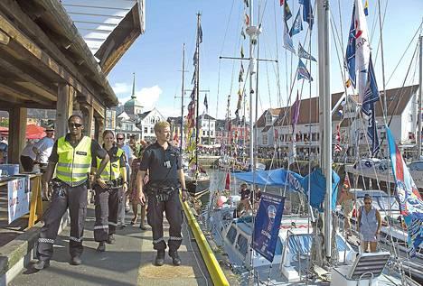 Poliisi partioi torstaina Bergenissä, jossa järjestetään Tall Ships Races -tapahtuma.