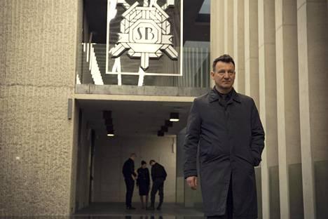 Miliisikomisario Anatol Janów (Robert Więckiewicz) on esimiestensä mielestä liian utelias.