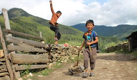 Viisivuotias Tenzin Rigsel Wangchuck leikkii Betshan kylän raitilla läntisessä Bhutanissa. – Kirjan kuvitusta.