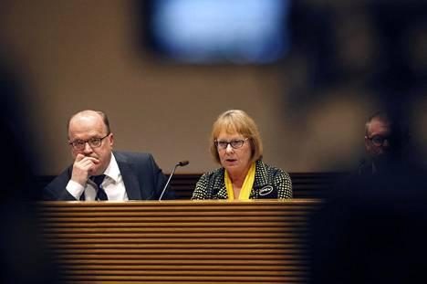 Tapani Tölli ja Annika Lapintie eduskunnan perustuslakivaliokunnan tiedotustilaisuudessa torstaina.