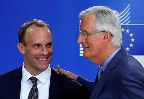 Britannian brexit-ministeri  Dominic Raab  (vas.) ja EU27-maiden edustaja  Michel Barnier puhuivat pressitilaisuudessa  Brysselissä heinäkuussa.
