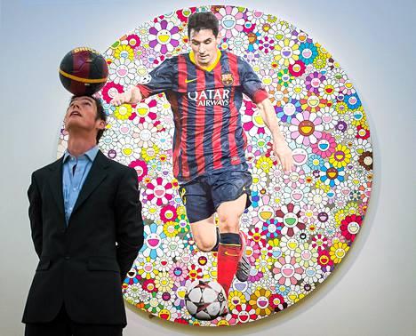 Jalkapallotemppuilija John Farnworth poseerasi teoksen Lionel Messi and a Universe of Flowers edessä.