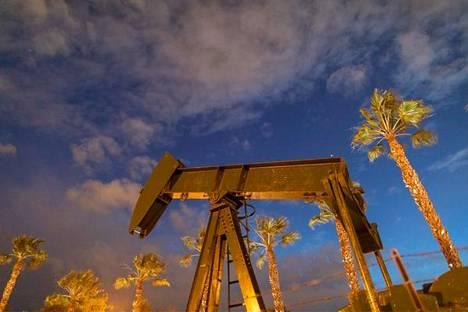 Öljypumppu nosti raakaöljyä Signal Hillissä Kaliforniassa 9. maaliskuuta.