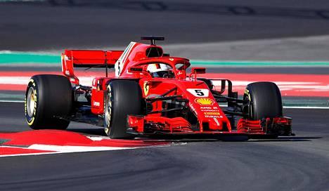 Sebastian Vettel viihtyi tiistaina Barcelonan radalla.