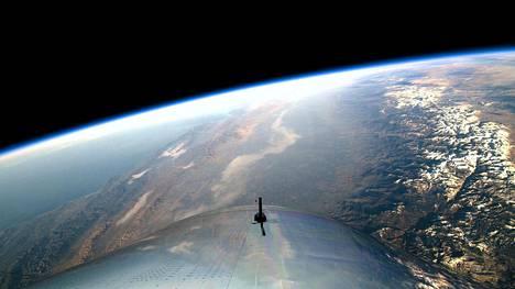 Virgin Galactic -yhtiön koelennolta toimittama kuva näyttää, millainen näkymä SpaceShipTwo -raketista avautuu.