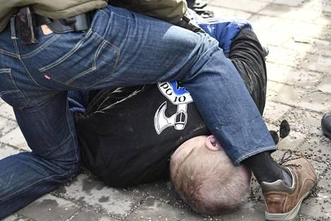 Soldiers of Odin -takkinen mies, joka yritti lyödä sinisten Timo Soinia, maahan kaadettuna Korson maalaismarkkinoilla Vantaalla sunnuntaina.