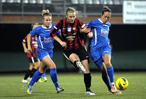 PK-35:n Heidi Kivelä oli Birminghamin Isobel Christiansenin (vas.) ja Josanne Potterin puristuksessa Mestarien liigan ottelussa Vantaalla.