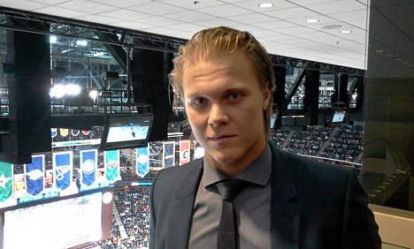 Mikael Granlund katsoi yläparvelta ottelua, jossa Minnesota Wild kohtasi San Jose Sharksin.