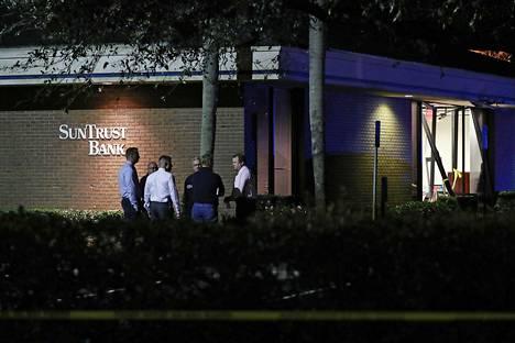 Viranomaisia ampumavälikohtauksen tapahtumapaikalla floridalaisessa Sebringin kaupungissa myöhään keskiviikkoiltana.