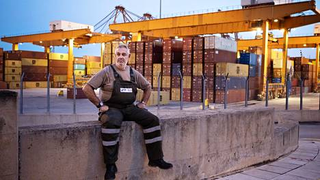 Satamatyöntekijä Stratos Kallonitis odottelee työvuoronsa alkua Pireuksen sataman portilla Kreikassa.