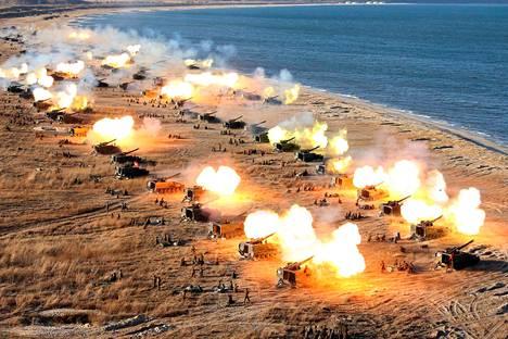 Pohjois-Korean tietotoimiston julkaisemassa kuvassa maan armeija harjoittelee Pjongjangissa.