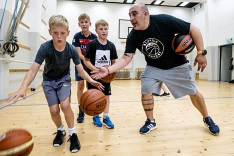 Pablo Pérez vetää Alppila Basketin harjoituksia 10–11-vuotiaille pojille Alppilan kirkon liikuntasalissa.