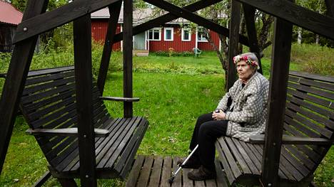 Marjatta Niiranen nautiskeli mökillään 95-vuotispäivistään.