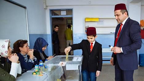 Adem Hünerli auttoi Fikri-isäänsä äänestyspaikalla Istanbulissa lauantaina.