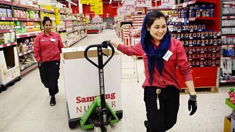 Sakinah Khoja Muhammad, 22, aloitti tammikuussa työt Tukholman eteläpuolella Lännan Willys-supermarketissa. Varsinkin alkuvaiheessa hänen tukenaan oli usein samoissa vuoroissa kokeneempi työntekijä Nina Franzén (vas).