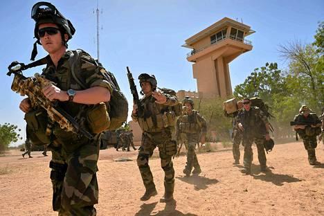 Ranskalaisia sotilaita Timbuktun lentokentällä keskiviikkona. Ranskalaiset ovat vallanneet nopeaan tahtiin pohjoisen Malin alueita islamistikapinallisilta.