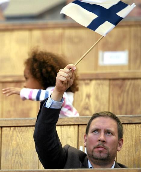 Urheiluministeri Paavo Arhinmäki kannusti suomalaisurheiljoita viime kesänä yleisurheilun MM-kisoissa Moskovassa.
