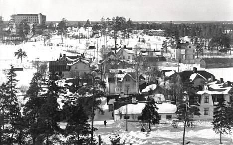 Kuva Ruskeasuon Ajurikylästä oli otettu Invalidisäätiön eli nykyisen Ortonin katolta maaliskuussa 1950.
