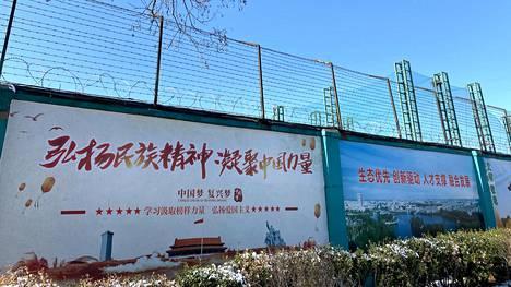 Kuvassa näkyvä kenkätehdas Qingdao Taekwang Shoes Co. on yksi tehtaista, joihin uiguureja on siirretty pakkotyöhön Kiinassa.