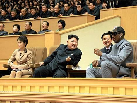 Dennis Rodman seurasi keskiviikkona Pohjois-Korean diktaattorin Kim Jong-unin kanssa ottelua, jossa entisistä NBA-pelaajista koottu joukkue kohtasi Pohjois-Korean maajoukkueen.