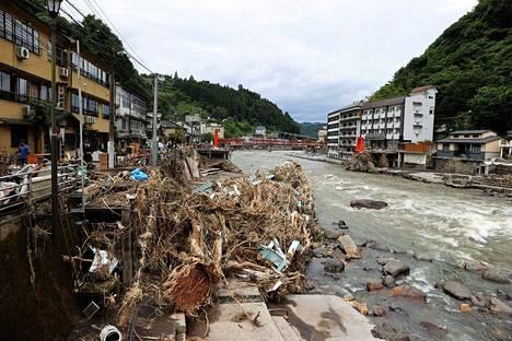 Oitan prefektuurissa sijaitseva joenranta oli torstaina täynnä tulvan mukana tuomia roskia.