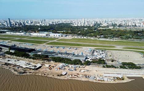 Aerolineas Argentinas -yhtiön koneita Jorge Newberyn lentokentällä Buenos Airesissa 21. huhtikuuta.