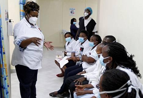 Sairaanhoitajat valmistautuivat ottamaan Covax-hankkeen kautta jaetut koronarokotteet Kenyatta National Hospitalissa maaliskuun alussa.