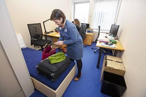 Mirja Vehkaperä on saapunut työhuoneeseensa Strasbourgissa viiden tunnin automatkan jälkeen.