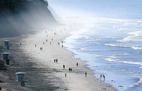 Lämmin sää houkutteli ulkoilijoita merenrannalle San Diegossa marraskuussa.