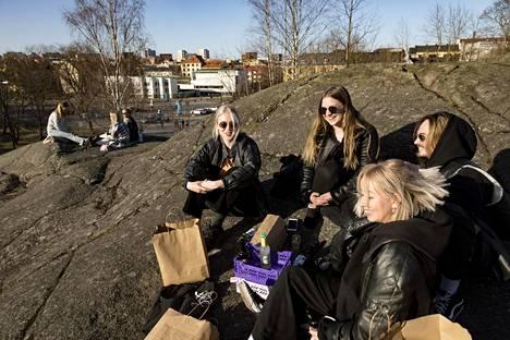 Elle Saijets (oik), Simeon Saari, Elena Rautakoski ja Aada Perkkiö viettivät iltaa Lenininpuistossa Alppilassa.