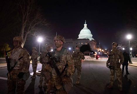 Yhdysvaltain kansalliskaarti vartioi Washingtonin hallintokeskusta Capitol-kukkulaa tiistaina. Yhteensä noin 15000 kansalliskaartin jäsentä on määrätty levottomuuksien varalta valvontatehtäviin Joe Bidenin virkaanastujaispäiväksi 20. tammikuuta.